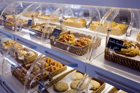 Vielfalt der Backwaren in Körbe mit Brot Namen und Preis auf schwarzem kleinen Schild an einer Bäckerei