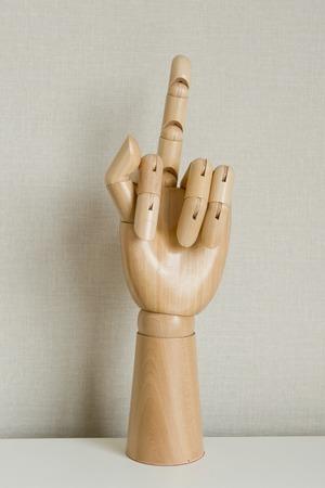 desprecio: Mano haciendo un gesto con el dedo medio en el fondo blanco Foto de archivo