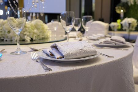 Elegance tafel opgezet voor eetkamer met witte kleurconcept
