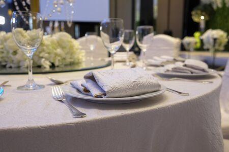 Elegance Tisch für Esszimmer mit weißen Farbkonzept gesetzt