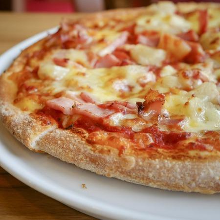 delicious hawaiian rustikalen Stil Pizza mit frischen Ananas, Schinken und Mozzarella-Käse