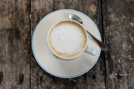 arbre vue dessus: Une tasse de café au lait Banque d'images