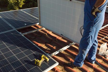 Zamontuj panel słoneczny Zdjęcie Seryjne