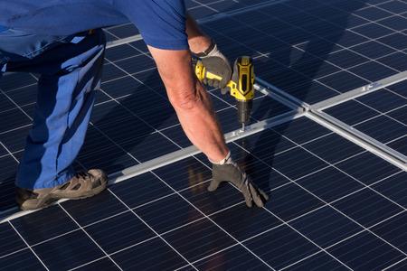 Solarpanel montieren Standard-Bild