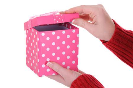 Un primer plano de una mujer que abre un regalo de ella. Un concepto cumpleaños. Aislado en un fondo blanco sólido. Foto de archivo - 12285720