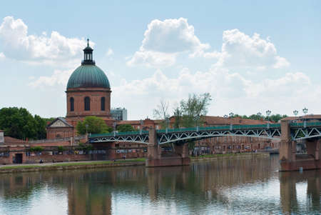 fluvial: The Garonne river in the city of Toulouse in France