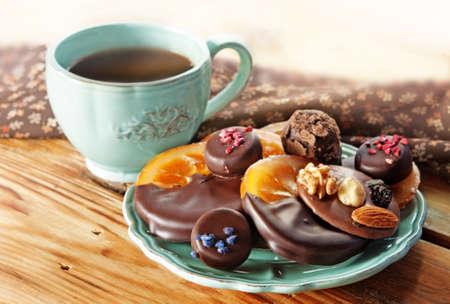 cafe bombon: Taza de café, Surtido de chocolates finos oscuro y chocolate con leche, naranja, chocolate y trufa