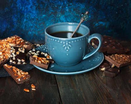 cafe bombon: Taza de caf�, surtido de bombones en mesa de madera