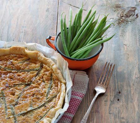ejotes: Tarta de verduras casero con judías verdes en mesa de madera