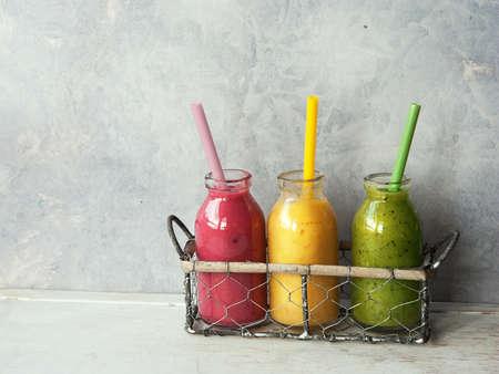 vaso de jugo: Tres frescos Fruit Smoothies mezclados en el tarro Foto de archivo