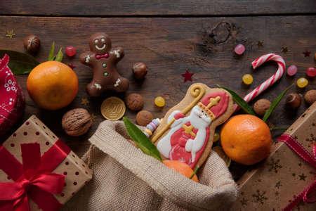 Saint Nicholas cookies with gifts Archivio Fotografico - 125805619