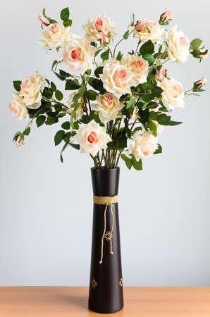 茶色の花瓶造花