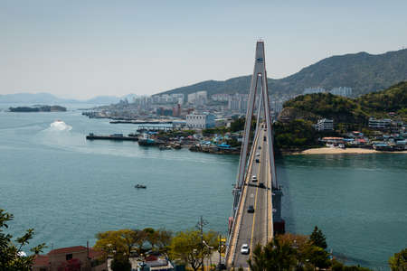 麗水市 (韓国) 4 月 14 日 2014 年 4 月 14 日に韓国最大の斜張橋である麗水市で麗水港と突山のビューの橋