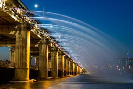夜背景でソウルタワーに韓国橋泉 写真素材