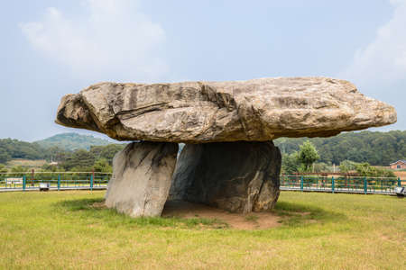 韓国仁川市江華郡に江華支石墓、石の墓や墓があります。 写真素材