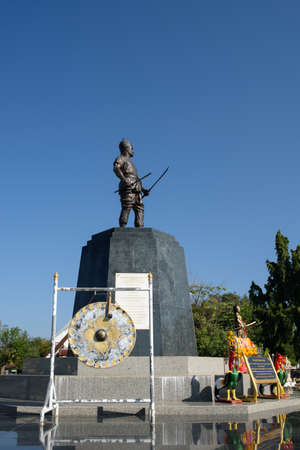 ウッタラディット県、タイ-2016 年 12 月 14 日: 記念碑のプラヤー ・ ピチャイダープ ハック Dap 鶴、18 世紀に壊された彼の剣の 1 つまでビルマ軍との