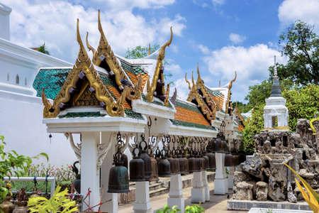 Phrabuddhabat 寺院、サラブリー県、タイのパビリオンで鐘の行