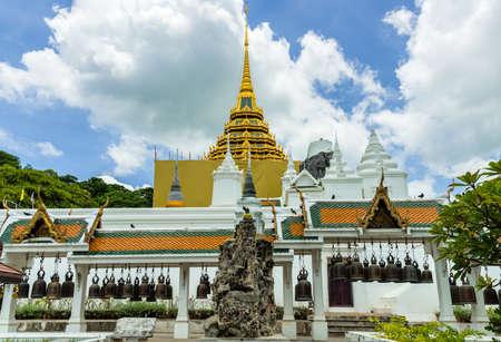 Phrabuddhabat 寺院、自然な石の彫刻、サラブリー県、タイのパビリオンで鐘の行