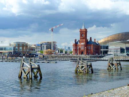 french renaissance: Bah�a de Cardiff con el edificio Pierhead Foto de archivo
