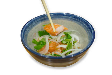 Salmon spicy shusi with onion salad with vegetable in blue round cup. 免版税图像