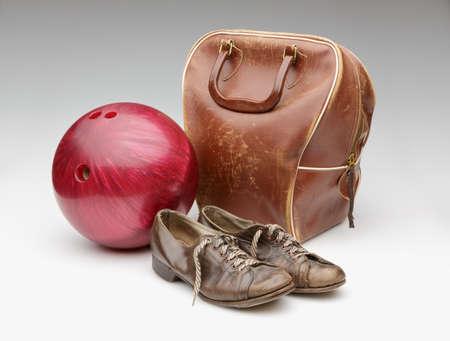 ビンテージ赤ボーリング ボール、風化の革バッグ、茶色の靴が白で隔離 写真素材