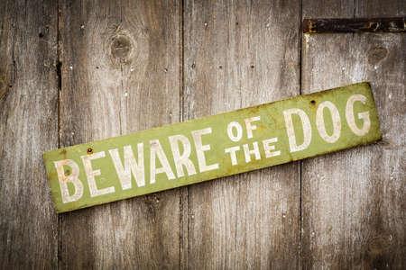 kampfhund: Hunde-Warnschild auf alten, abgenutzten Holzzaun