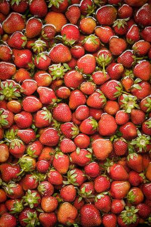 フローティング、有機の赤いイチゴを洗って、水で洗浄
