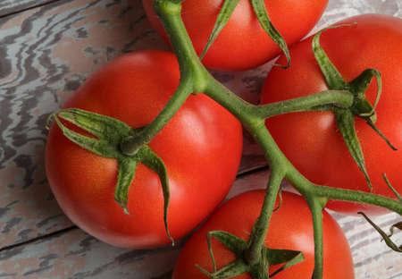 素朴な木製のテーブルに新鮮なトマト