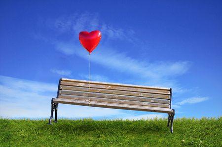 Rote Ballon in ein Herz an der Bank angeschlossen Standard-Bild - 5326333
