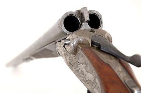 flint gun: fusil de caza abierto sobre un fondo blanco