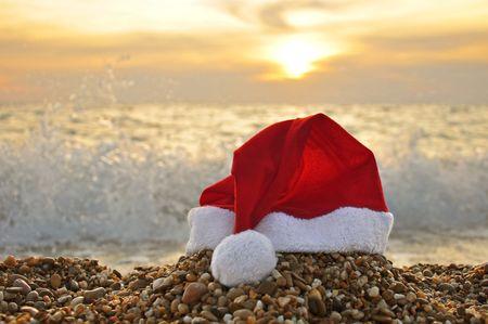 playas tropicales: Gorro de Papá Noel en la playa  Foto de archivo