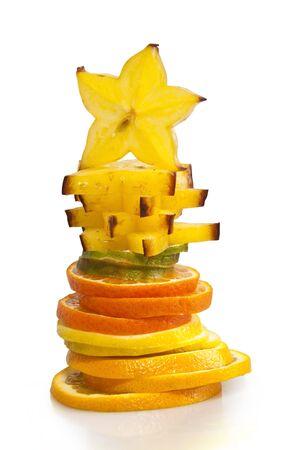 piramide alimenticia: Pir�mide de piezas de los c�tricos ex�ticos, rematados con una estrella carom sobre un fondo blanco