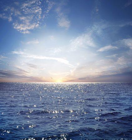 sol naciente: sol naciente en el horizonte, el azul del mar, el Oc�ano