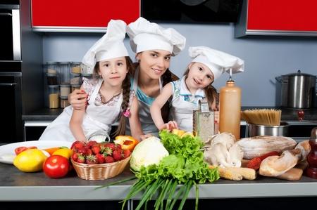 Мать учила сына готовить на кухне