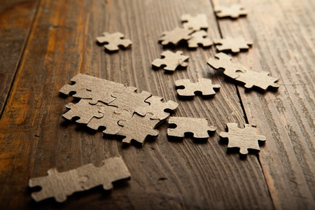 Foto Puzzle verstreut braune Papiertüte auf den Boden des hölzernen Planken Standard-Bild - 13452622