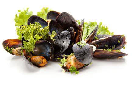新鮮なムール貝のハーブと白地にニンニク 写真素材