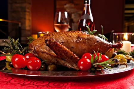 cena navideña: Pato asado de Navidad sirvió en una mesa festiva