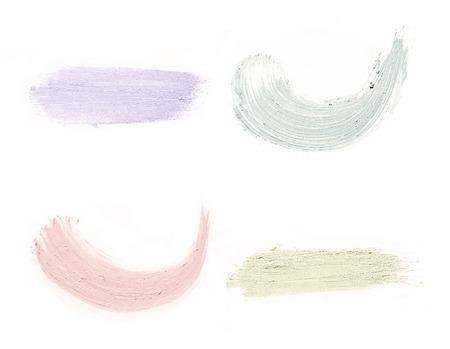 化粧品は、白い背景に押しつぶされた化粧品のペンキを塗る