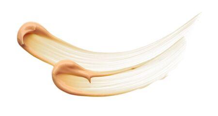 Frottis de maquillage beige clair de fond de teint crémeux isolé sur fond blanc. Fond de texture de fond de teint crémeux beige clair