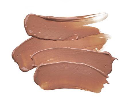 Beige Make-up-Abstrich cremiger Grundlage isoliert auf weißem Hintergrund. Beige cremiger Foundation-Textur-Hintergrund Standard-Bild