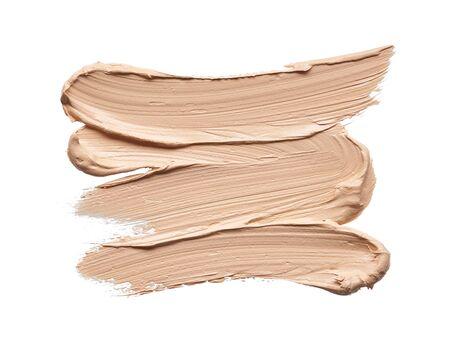 Frotis de maquillaje beige claro de base cremosa aislado sobre fondo blanco. Textura beige claro aislado sobre fondo blanco.