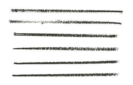 Schwarze Bleistiftstriche auf weißer Papierstruktur direkt über dem Schuss