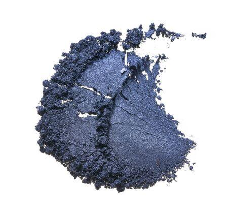 Textur von gebrochenem blauem Lidschatten oder Puder. Makrotextur aus gebrochenem und buntem Pulver, Hintergrund