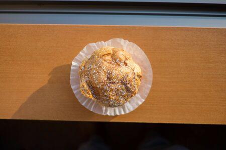 choux: choux pasteler�a choux o crema en la mesa de madera Foto de archivo
