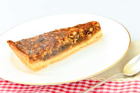 Tortas hechas en casa: torta de la nuez en la placa. Studio Photo Foto de archivo