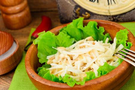 dikon: Ensalada dietética de daikon y pollo. Comida saludable. estudio Fotográfico
