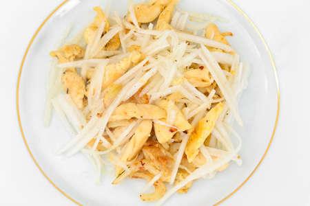 dikon: Dietary Salad from Daikon and Chicken. Health Food. Studio Photo Foto de archivo