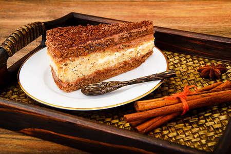 Tortas hechas en casa: Amapola de llenado pastel en un plato. estudio Fotográfico