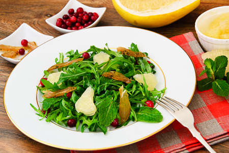 escarola: Salad Mix Batavian, Frise, Radicchio, Chicory, Cranberry, Grapefruit Chicken Dietary Meal Studio photo Foto de archivo