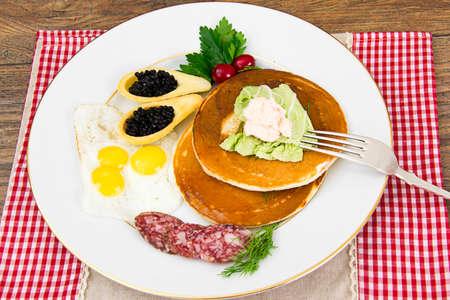 carnes: Panqueques con huevos de codorniz, embutidos, pastelería Cuchara con caviar Negro Estudio Fotográfico